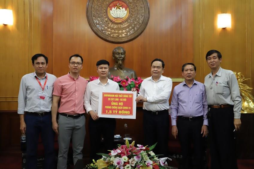 Chủ tịch Trần Thanh Mẫn tiếp nhận 1,5 tỷ đồng từ Showroom Nội thất Hùng Tuý ủng hộ phòng, chống dịch Covid-19.