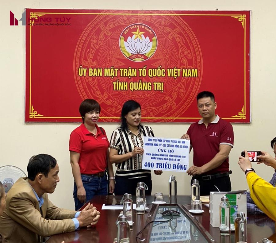 Đại diện Showroom Hùng Tuý 20 Cát Linh, Đống Đa, Hà Nội trao tặng hơn 1000 phần quà trị tới UB TƯ MTTQ Tỉnh Quảng Trị và Tỉnh Quảng Bình