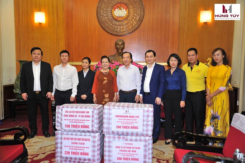ại diện Showroom Hùng Túy trao số tiền ủng hộ 200 triệu đồng tới các tỉnh miền Trung cho Phó Chủ tịch UB TƯ MTTQ Việt Nam Ngô Sách Thực