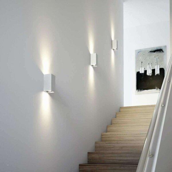 Bố trí đèn dọc tường hai bên cầu thang