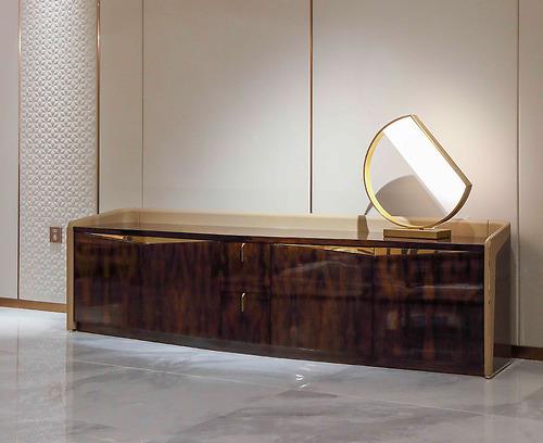 Kệ tivi Arture - 893A được làm bằng chất liệu gỗ MDF dán Veneer Ziricote. Kệ tivi được bọc da, viền inox màu Champagne Gold, sơn PU.